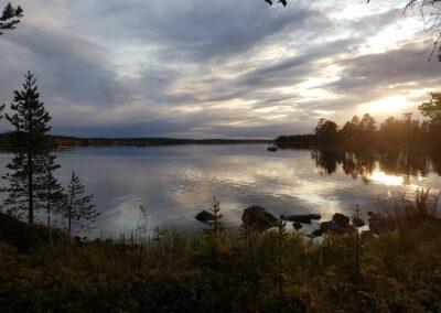 Erämaan tunnelmaa Inarin järven rannalla_LAP_Adventures