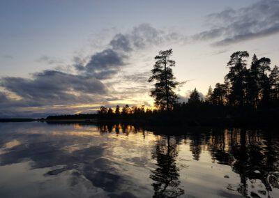 Puut heijastuvat veteen_LAP_Adventures
